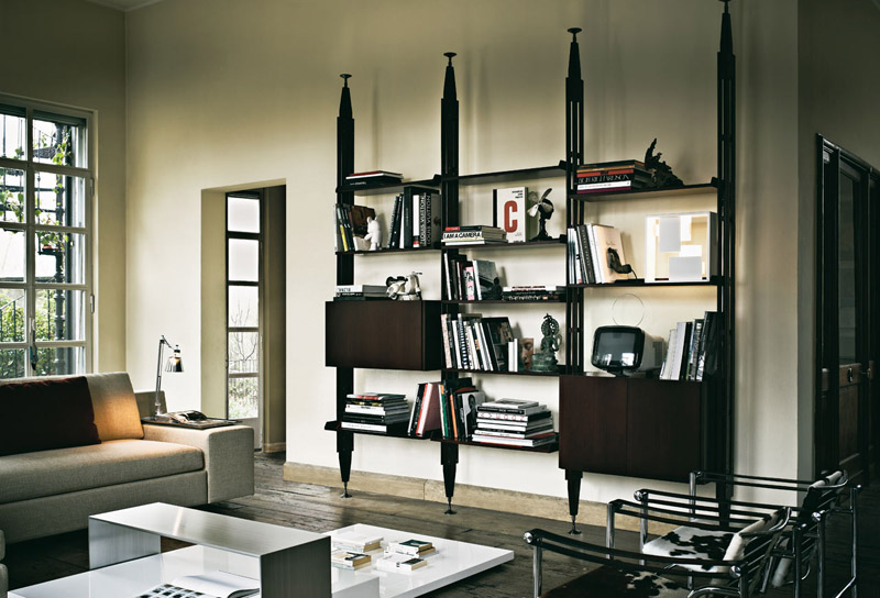 Infinito, libreria componibile con montanti a pressione di Cassina