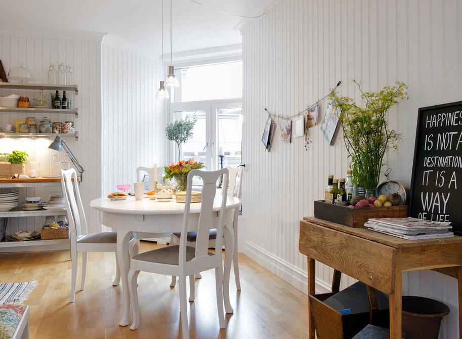 Cucina luminosa, bianca e colorata, stile contemporaneo svedese