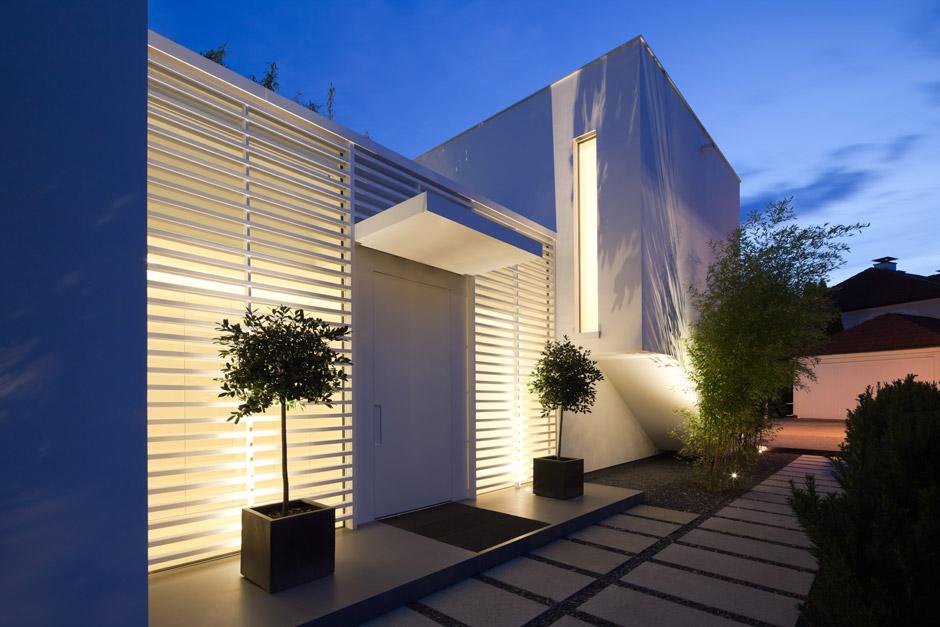 La villa in pietra acrilica hi macs in baviera arredica for Case in stile williamsburg
