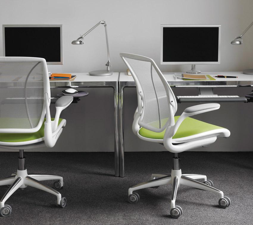 Sedie da ufficio il design ergonomico di humanscale for Sedia design scrivania