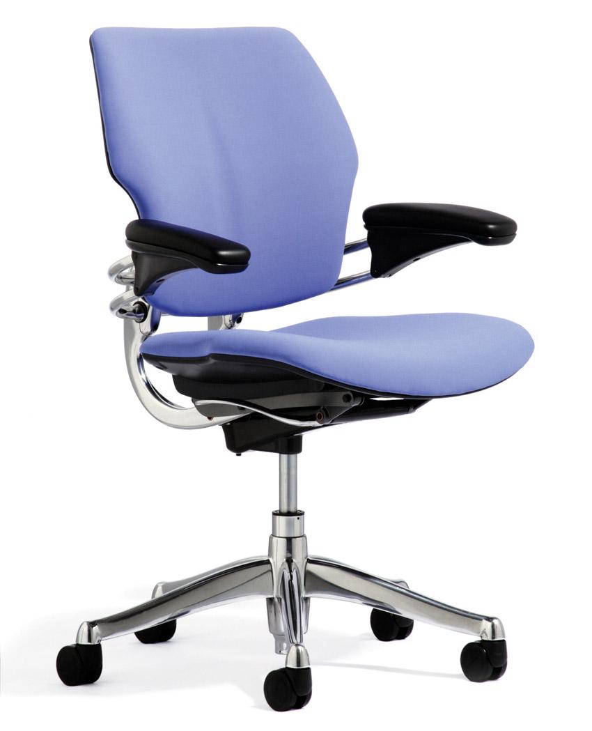 Sedie da ufficio il design ergonomico di humanscale for Sedia da ufficio amazon