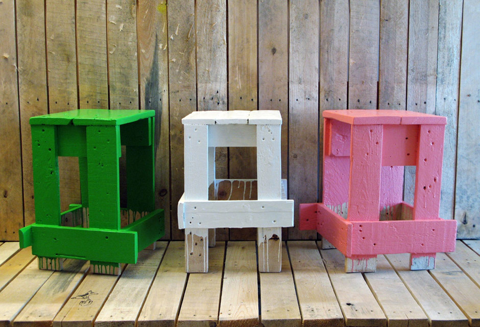 Godspeed e il legno riciclato in sedie sgabelli ed elementi di