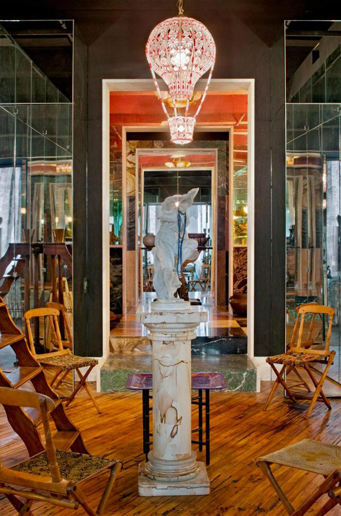 Loft di Agyness Deyn, Arredamento Kitsch, Colonna