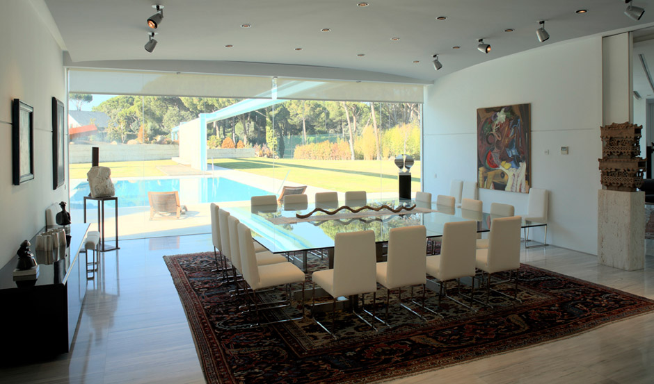 Villa a madrid con arredamento moderno e contemporaneo for Comedor grande moderno