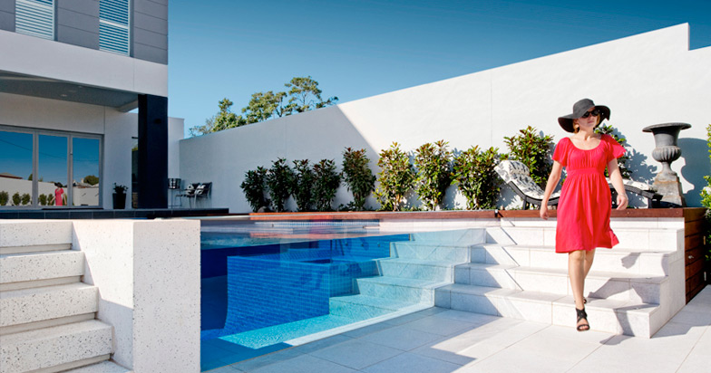 Dieci esempi di uso della piscina nell architettura del for Piscine blue design le bouscat